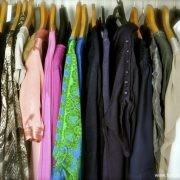 färgsorterad garderob