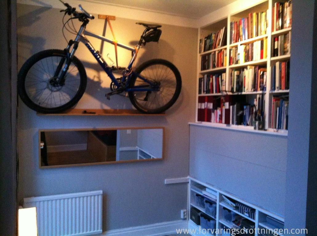 platsbyggd cykelförvaring på väggen