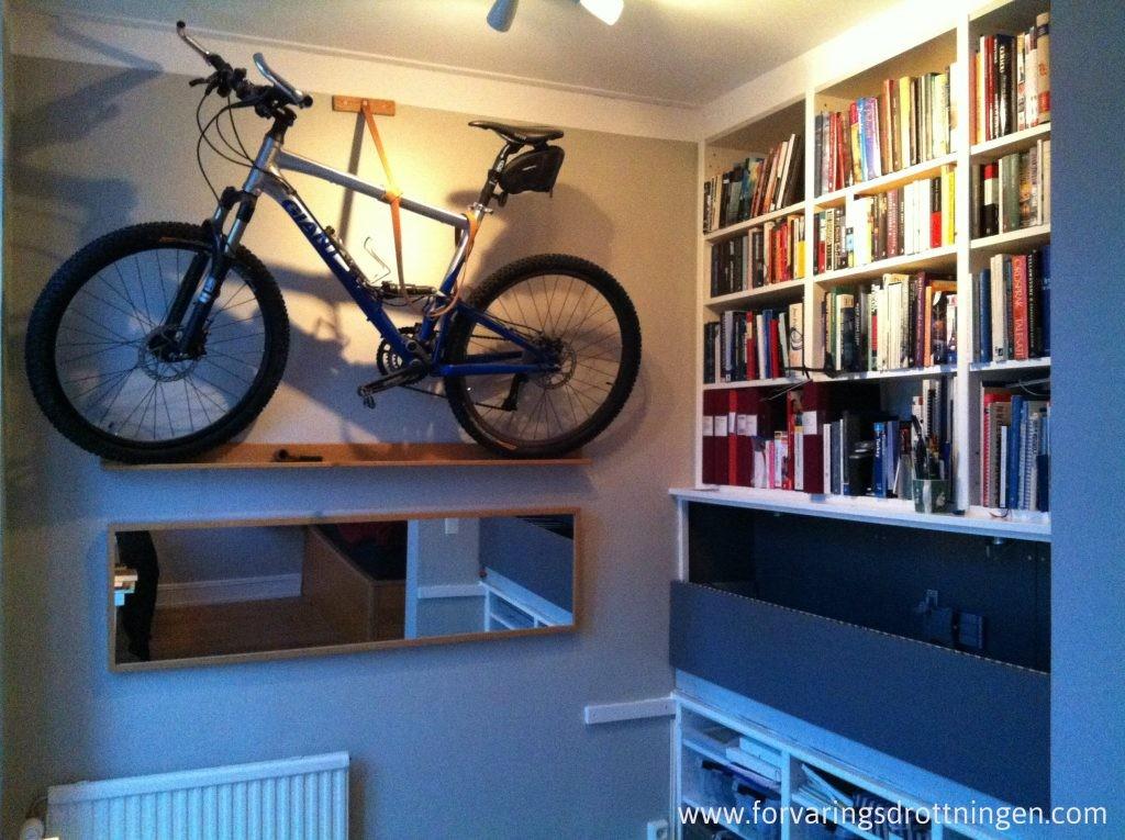cykel upphängd på väggen