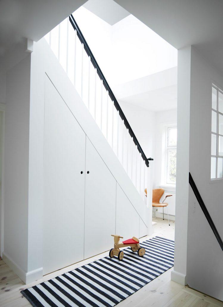 Inbyggd trappa med förvaring under