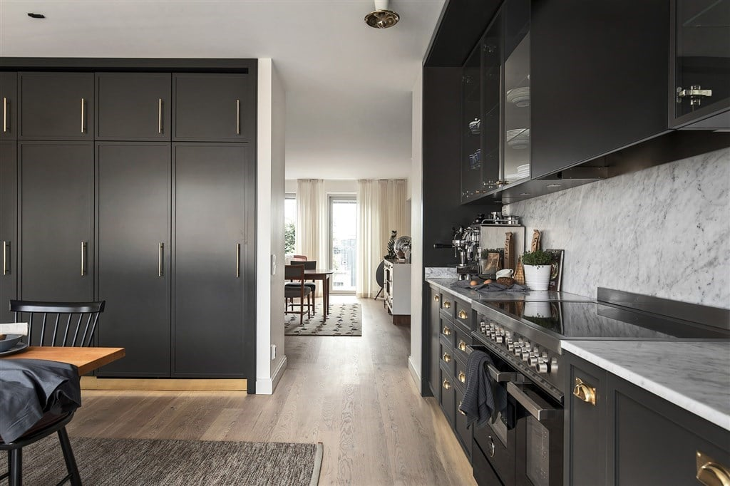 platsbyggd förvaring i köket