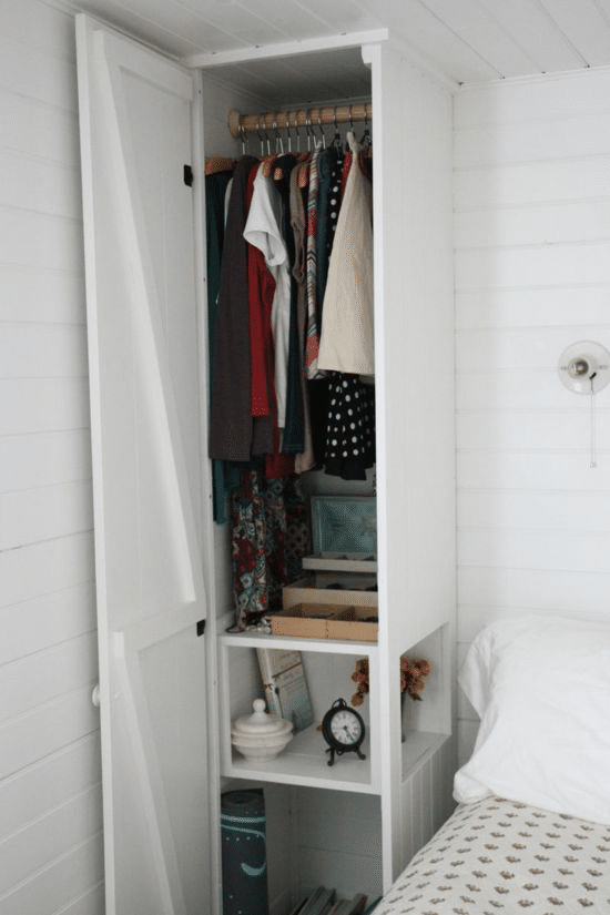 platsbyggt skåp i sovrummet med förvaring