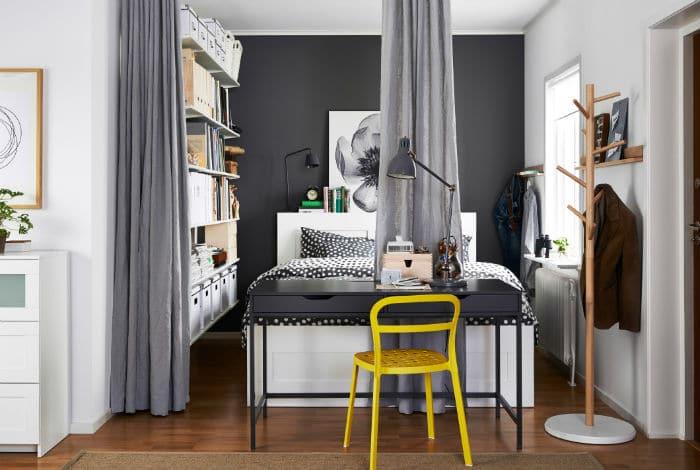 Arbetsbord framför sängen