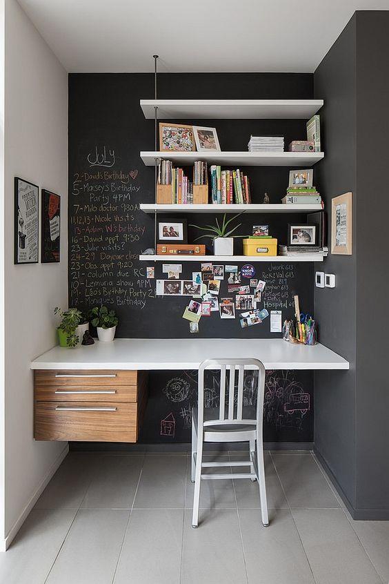 hemmakontor med svarta väggar