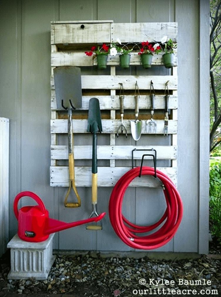 trädgårdsredskap på lastpall